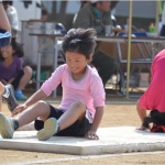 「障害物レース(幼児、小学1・2・3年生オープン参加)=マットで前転、サクットね。」