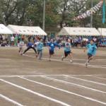 「競技の皮切りは小学生による100m走。会場は早くも大盛り上がり」