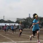 「小学生による200m走。大人顔負けの力走に声援が飛び交います」