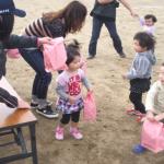 幼児競技 お菓子のプレゼントハイ!プレゼント 子ども達はにこにこ