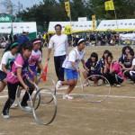 「輪が道を行く 棒でリムを回転させながら進み、リレーします。練習しないと難しい競技です。」